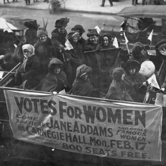 Activistas del Movimiento por el Sufragio Femenino en las calles de Nueva York, en 1913.
