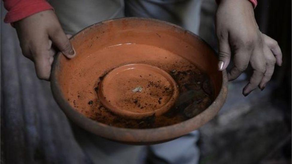 এ রকম জমে থাকা পানিতে ডিম পাড়ে এডিস মশা, যা চিকনগুনিয়া ভাইরাসের বাহক