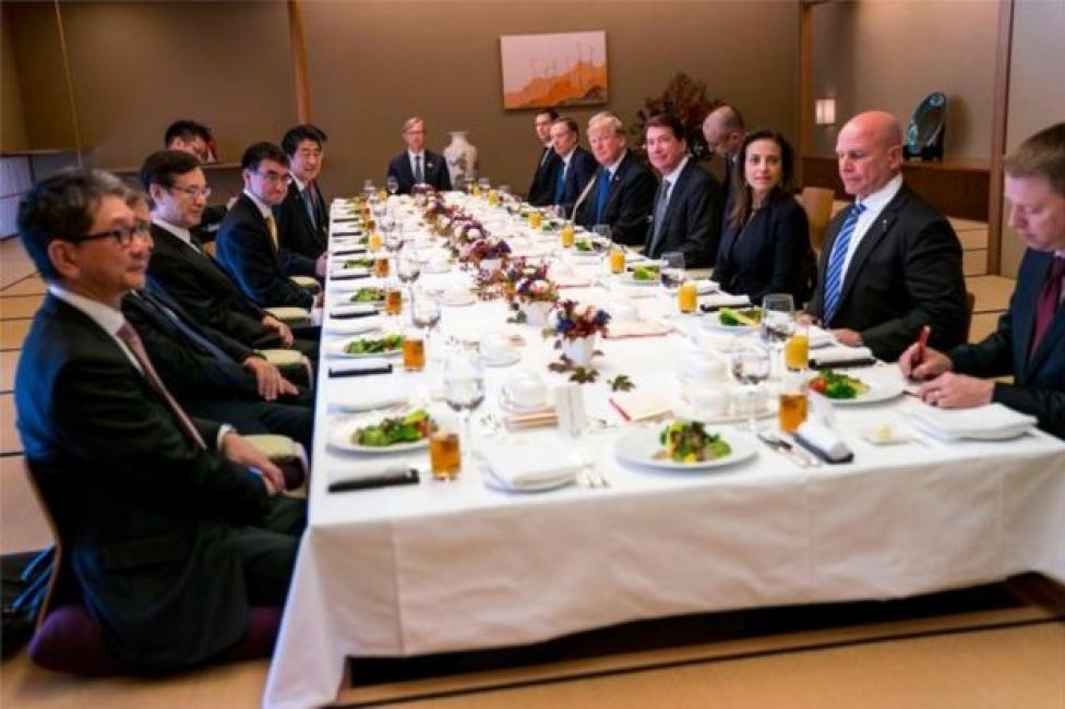 La delegación estadounidense en la cena con sus anfitriones japoneses en Tokio.