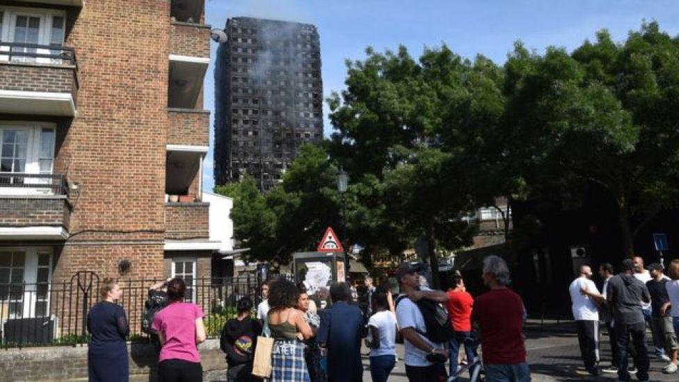 Personas miran el edificio quemado
