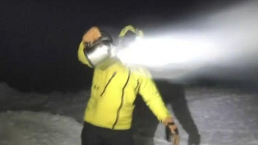 Un hombre produciendo nieve con agua hirviendo.