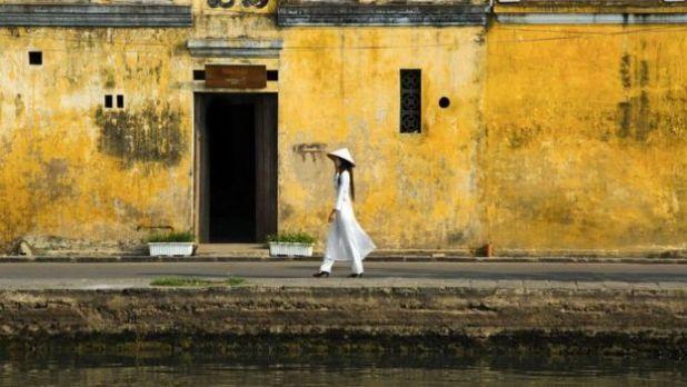 Ở Hội An ở miền Trung Việt Nam, những ngôi nhà thuộc địa Pháp to lớn xen lẫn với các đền Nhật Bản và nhà gỗ của thương nhân Trung Quốc. Nhưng sự hòa trộn của kiến trúc và văn hoá không phải là yếu tố duy nhất ở đây; điều ấn tượng nhất khi vào khu phố cổ của thành phố là nhiều nhà được đầm nình trong một màu vàng độc đáo.