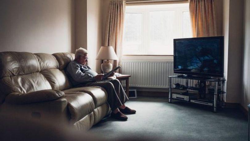 Homem sozinho em casa