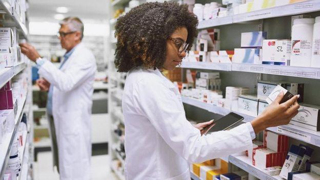 طبيبة وسط الأدوية داخل صيدلية