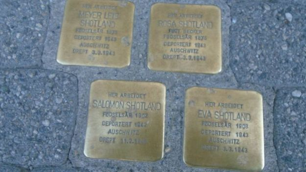 Таблички с именами жертв