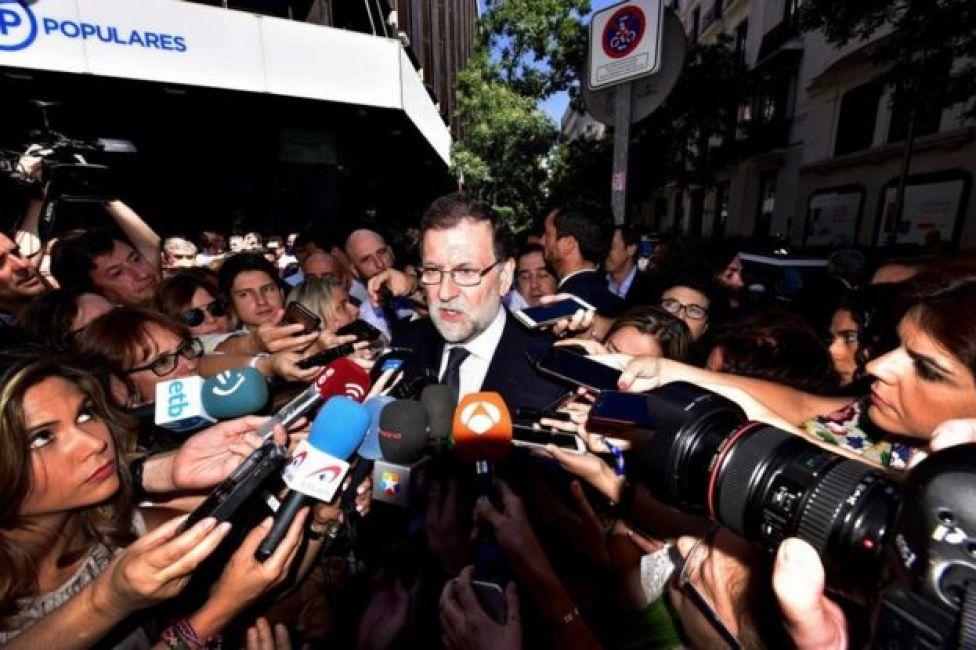 El presidente del gobierno español, Mariano Rajoy, habla con los medios frente a la sede del Partido Popular en Madrid el 10 de julio de 2017.