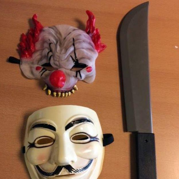 Máscaras y un cuchillo falso de un bromista en Durham.