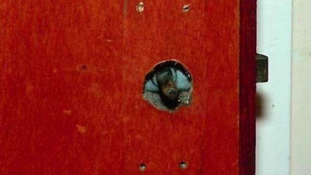 Puerta del cuarto de la víctima sin perilla