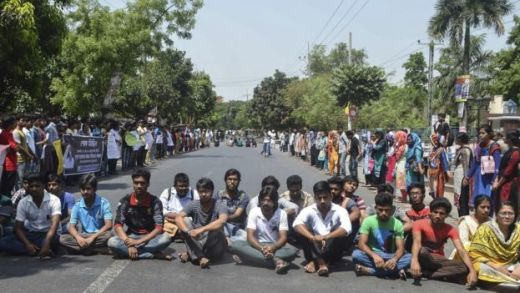 Bangladeshi students protest in Rajshahi on April 24, 2016 a day after unidentified attackers hacked to death a university professor.