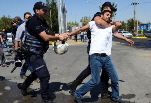 Gözaltına alınırken boynu sıkılan bir kişi