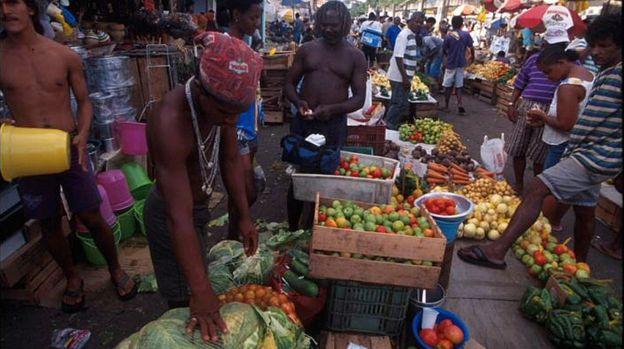 Trabalhadores em feira de Salvador, Bahia