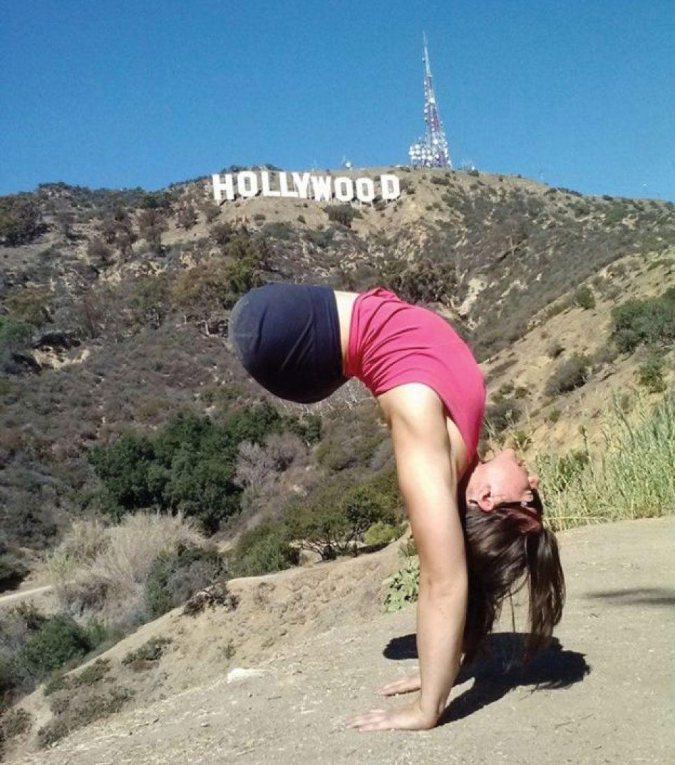 Jennifer diante do letreiro de Hollywood