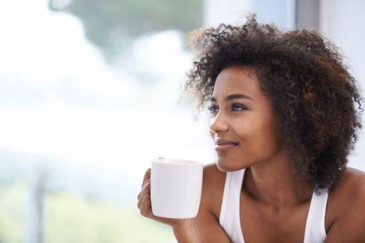 Mulher toma chá