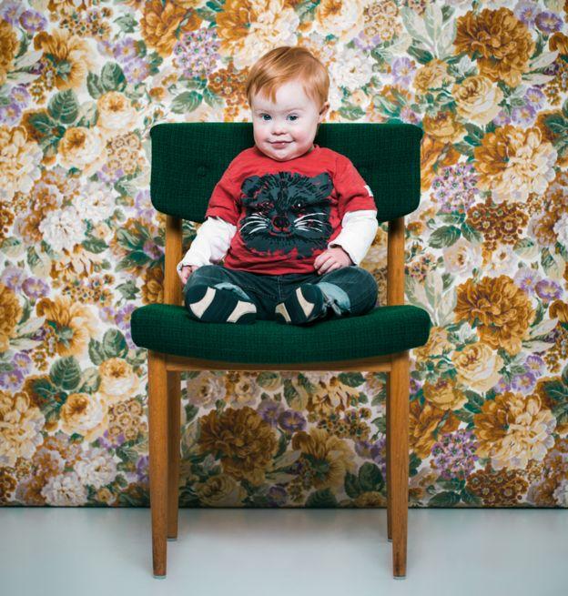 La fotógrafa islandesa Sigga Ella realizó una serie de retratos de personas con síndrome de Down, como esta imagen de Jakob, para generar consciencia sobre la condición.