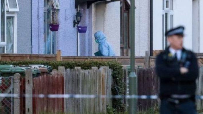 لا تزال الشرطة تفتش محتويات المنزل الذي يوجد في منطقة ساري بجنوب لندن