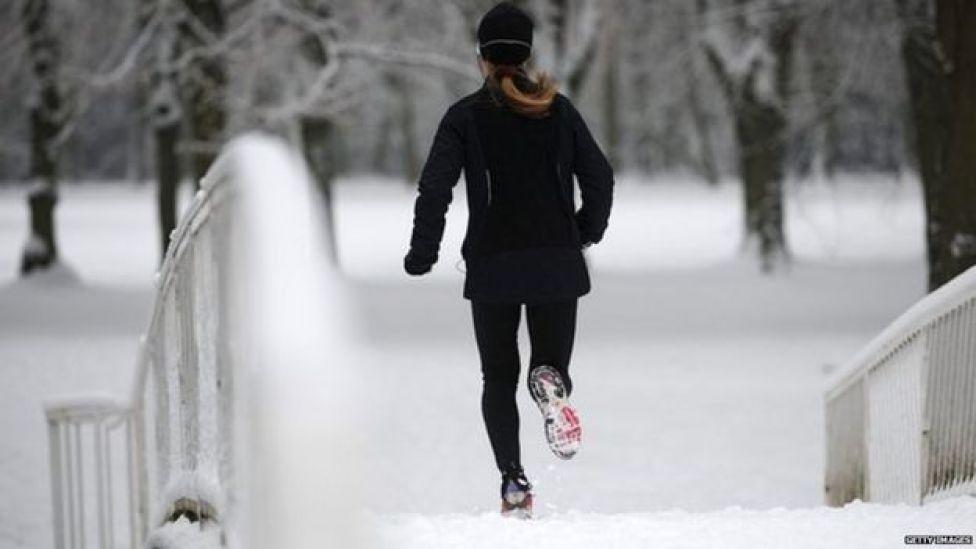 Mulher corre na neve