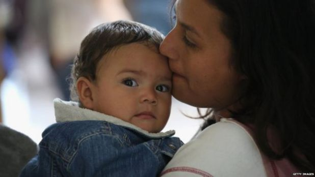 Madre besando a un niño.