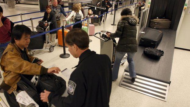 Las normas de revisión aplican a todos los extranjeros y pueden ocurrir en cualquier punto de control de las autoridades aduanales. Getty Images