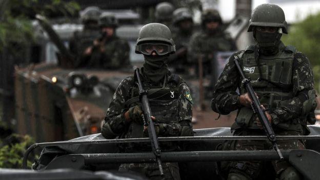 Militares armados em missão no Rio de Janeiro