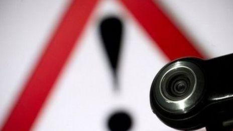 webcam y símbolo de advertencia