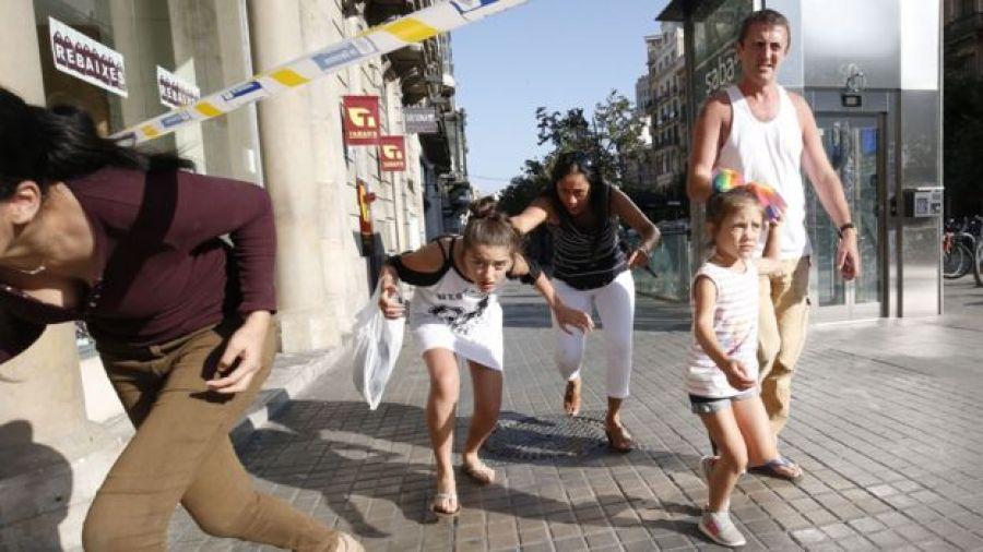 Pessias fogem de região isolada depois que uma van invadiu a Rambla em Barcelona em 17 de agosto de 2017