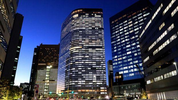 Sede de Dentsu en Tokio iluminada durante la noche