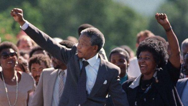 Nelson Mandela walks from prison