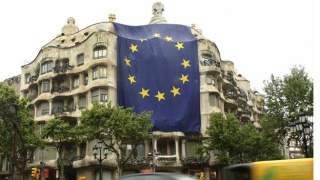 Una enorme bandera de la Unión Europea desplegada en el edificio La Pedrera en Barcelona.