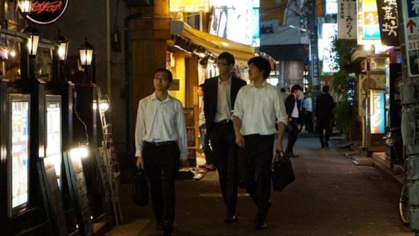 Japon gençler gece sokakta yürüyor