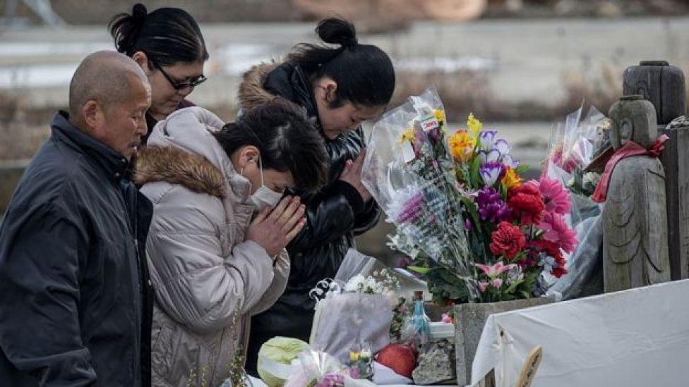 Gente rinde homenaje a las víctimas del terremoto de 2011 en Japón.