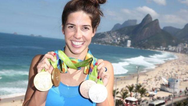 Maya Dirado muestra sus cuatro medallas conseguidas en Río