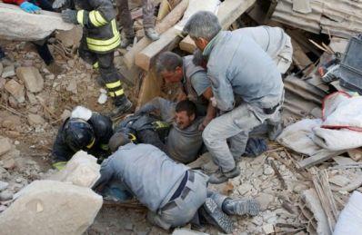 homem é resgatado em Amatrice, após terremoto que atingiu Itália em 2016