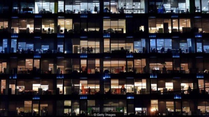 Ofis işçileri gece çalışırken