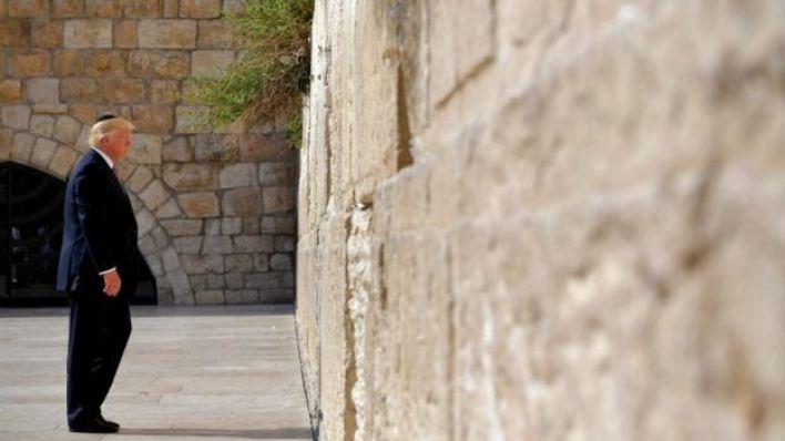 ترامب أمام حائط البراق (الذي يعرفه اليهود باسم حائط المبكى) في مايو/أيار الماضي
