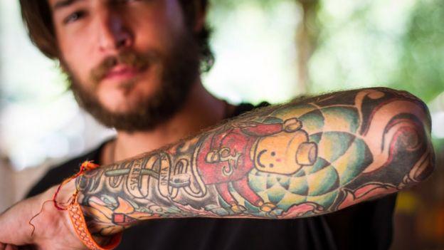 Hombre con brazo tatuado