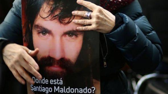 Mulher com cartaz que questiona 'Onde está Santiago Maldonado'