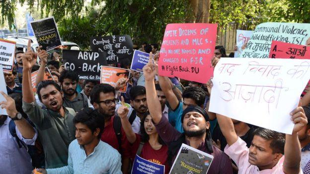 দিল্লি বিশ্ববিদ্যালয় ক্যাম্পাসে এবিভিপি-র বিরুদ্ধে ছাত্রছাত্রীদের প্রতিবাদ