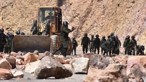 La policía retira piedras en una sección de carretera cerrada por los mineros