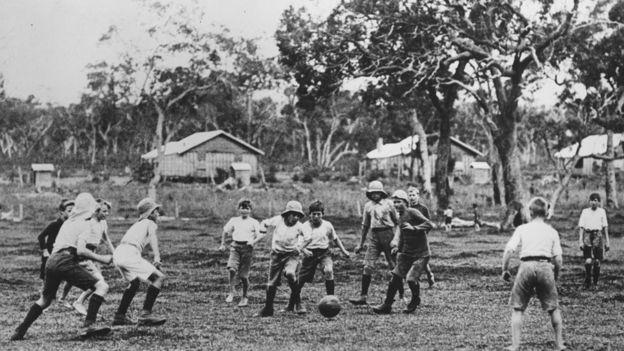 Niños jugando fútbol en el colegio Fairbridge en Pinjarra. GETTY IMAGES