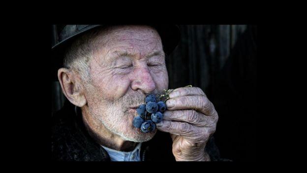 Hombre con uvas.