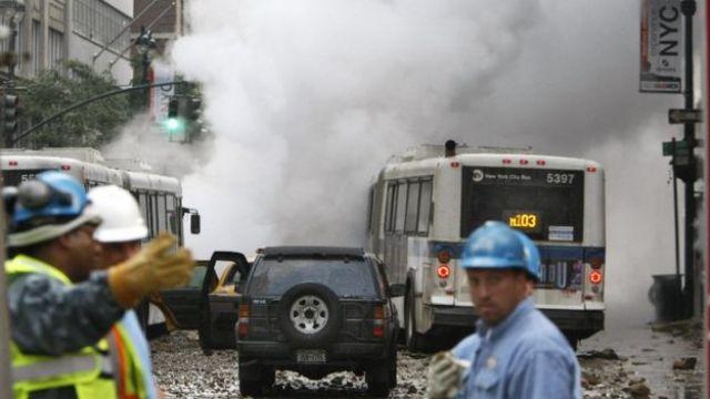Daños materiale provocados por la explosión de una tubería subterránea de vapor en 2007 cerca de la Grand Central Terminal de Manhattan.