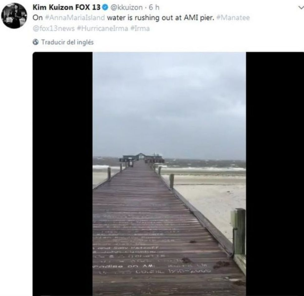 El mar se retiró casi hasta el final de este muelle en Tampa.