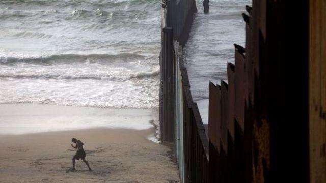 Barrera en la playa de Tijuana