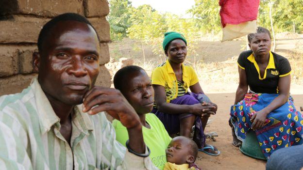 Eric Aniva junto a una de sus dos esposas, Fanny, quien carga al bebé de ambos.