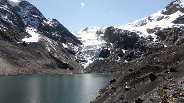Lago glaciar cerca de las localidades de Pelechuco y Agua Blanca, en la región de Apolobamba en el norte de Bolivia. Los glaciares bolivianos se han reducido en un 43% desde mediados de los 80.