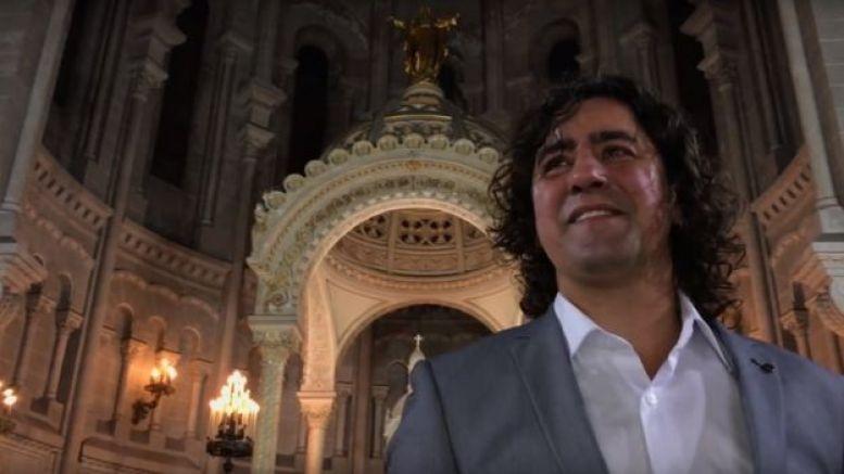 Gustavo Ortíz frente al altar.
