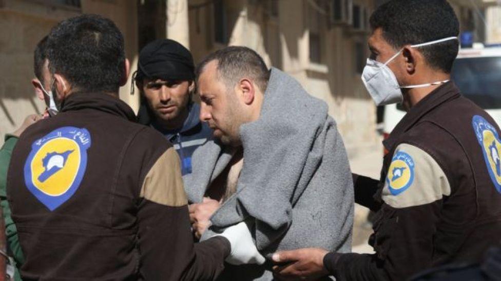 Homem é ajudado por equipe de ajuda humanitária após ataque em Khan Sheikhoun em 4 de abril de 2017