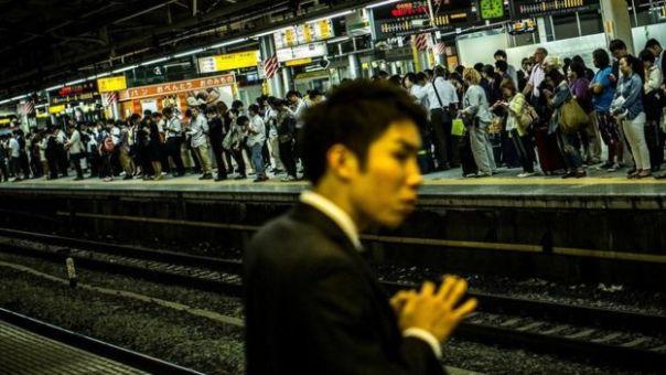 Personas esperando en una estación de tren en Japón