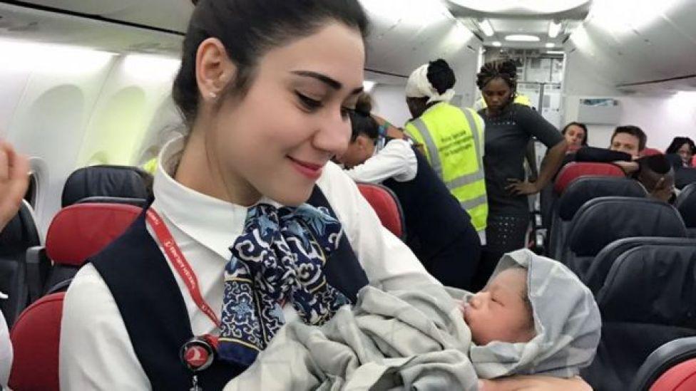 Azafata con la bebé.