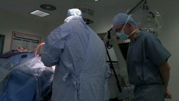 Henry Marsh supervisando una operación